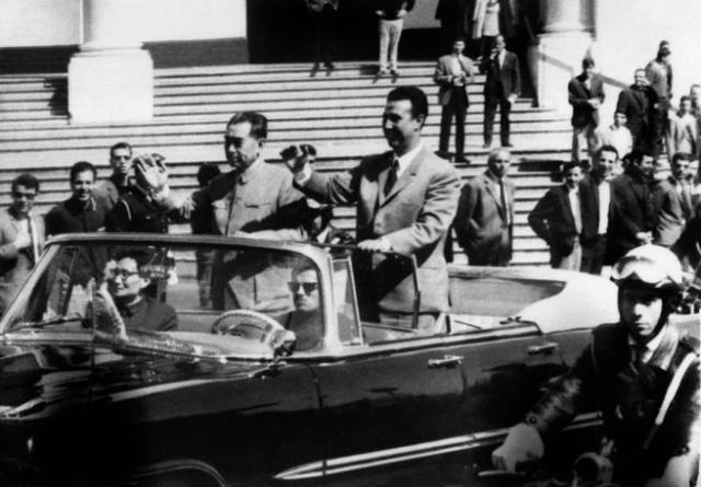 Zhou Enlai (a la izqda.) con el presidente Ahmed ben Bella en un viaje a Argelia en 1965.