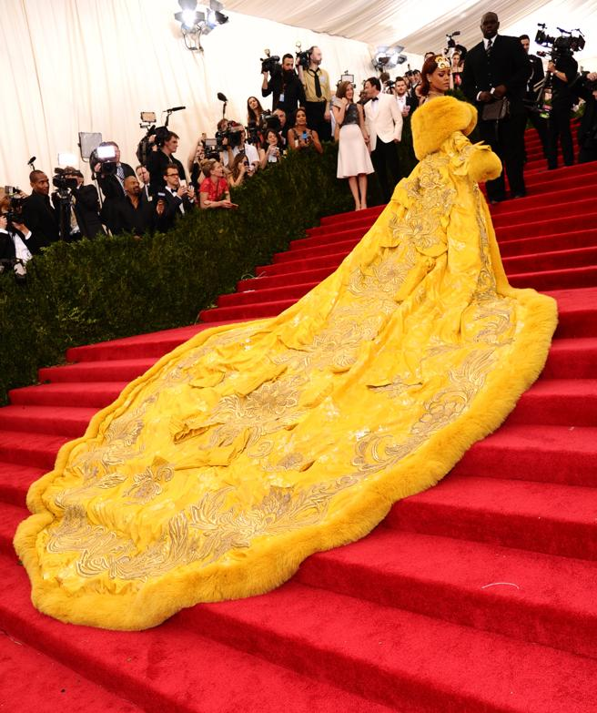 Rihanna with the awesome yellow design with a tail XXL in the edition of 2015