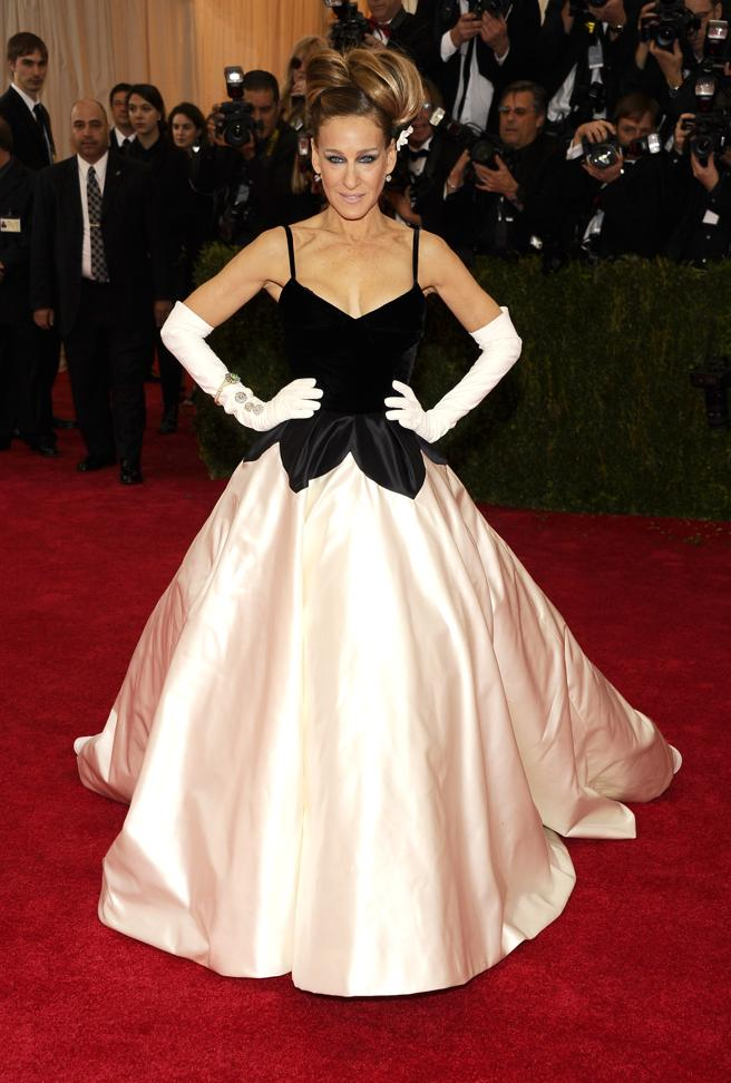Sarah Jessica Parker in a white dress with black and white combined with a few gloves XL in 2014