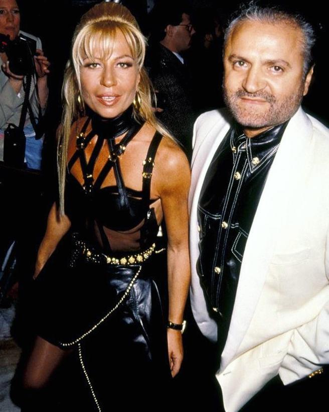 Donatella with the impressive design created by Gianni for the gala of 1993