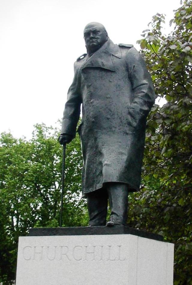 Estatua de Winston Churchill junto al Parlamento británico, en Londres.