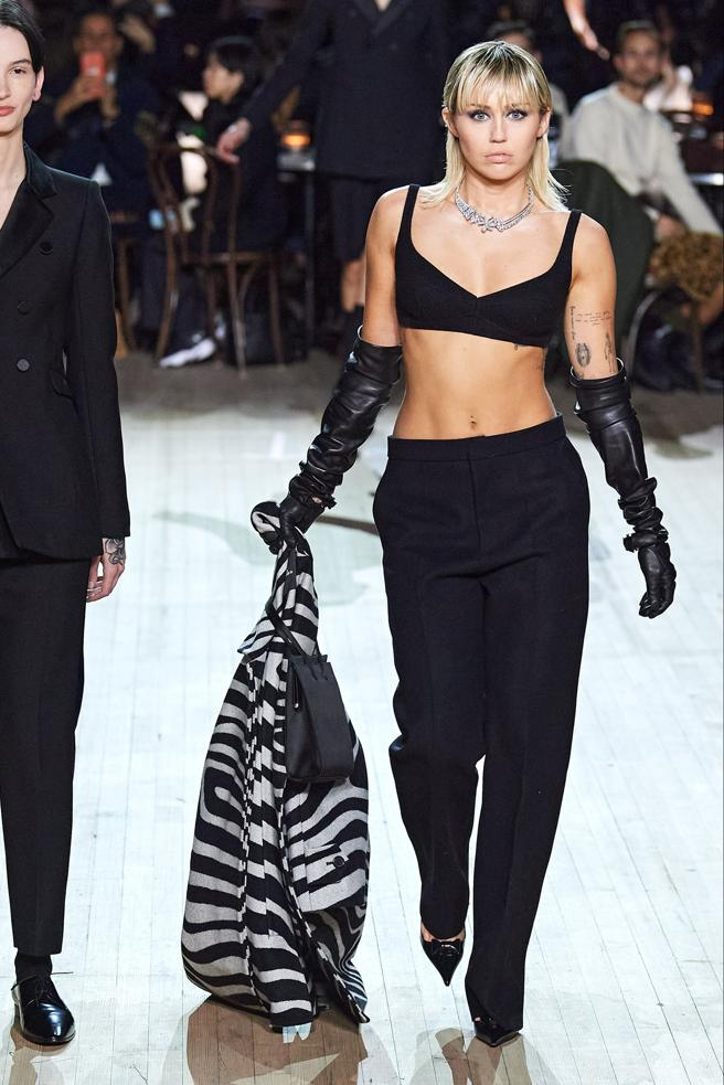 Miley Cyrus in the parade of Marc Jacobs in the Fashion Week New York