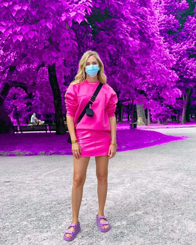 Chiara Ferragni with your stylist for a stroll through one of the parks of Milan