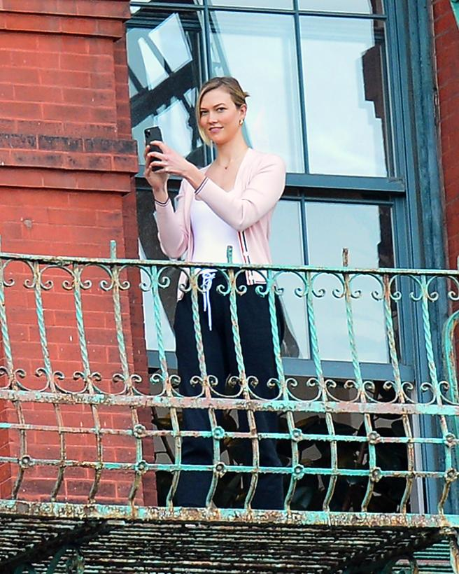 Karlie Kloss during the round of applause to the health from the balcony of his apartment in New York