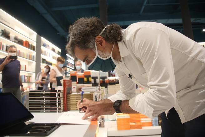Jordi Cuixart signs books in the bookstore na