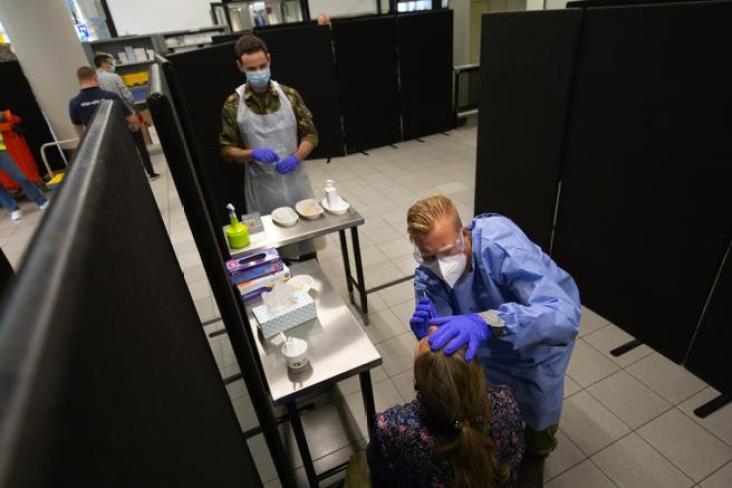 Un médico realiza una prueba PCR a un viajero que llega al centro de pruebas Covid-19 en el aeropuerto de Schiphol