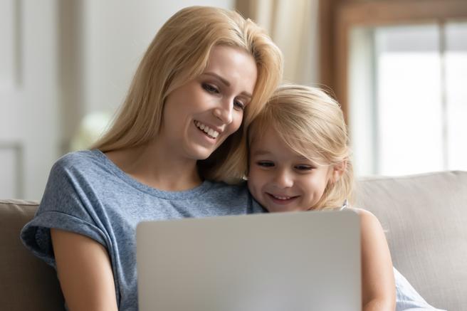 Vivimos rodeados de sexualidad, y un anuncio o una serie puede ser la excusa perfecta para transmitir educación sexual a las hijas