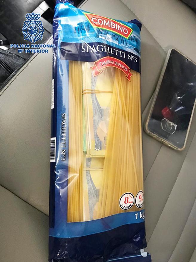 Dinero camuflado dentro de un paquete de espaguetis