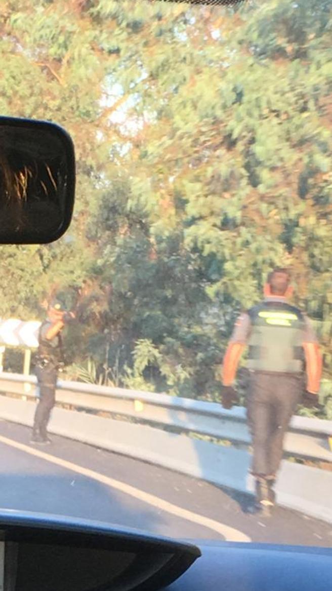 Dos guardias civiles revisando ayer los márgenes de esta carretera, en el término municipal de Bornos