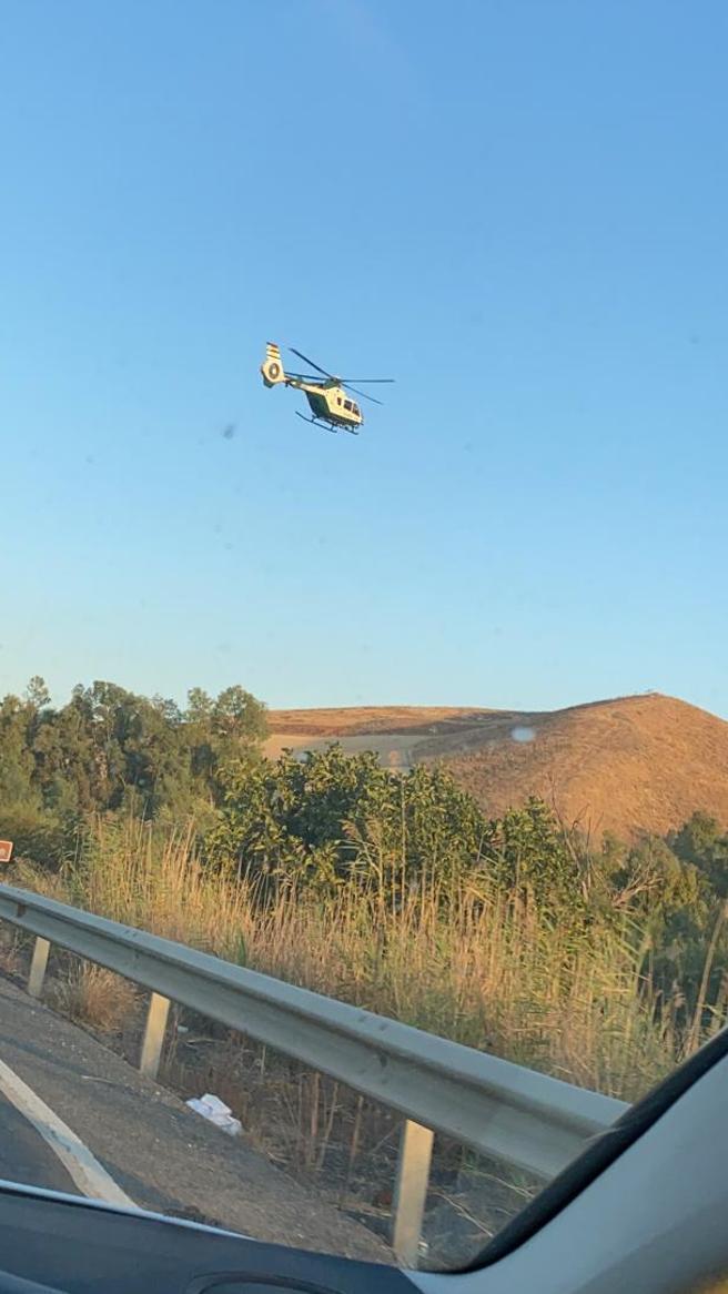 Un helicóptero de la Guardia Civil, durante la búsqueda de los narcos que dispararon contra tres agentes en la Sierra de Cádiz