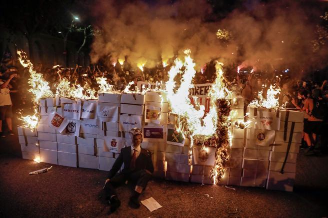 Los CDR quemaron varias figuras en la manifestación de Barcelona