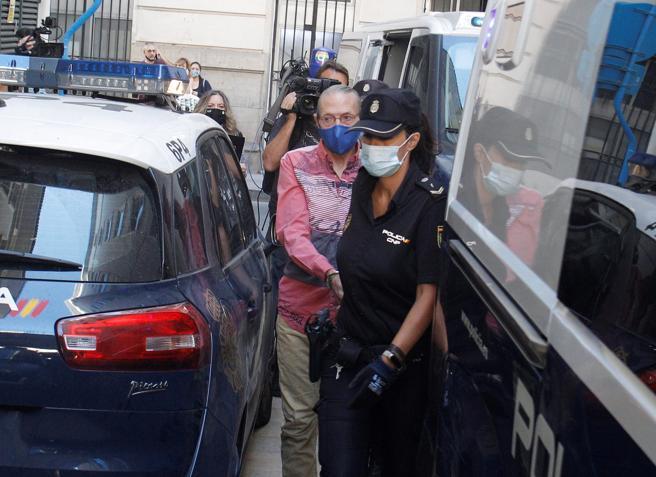 Agentes de la Policia Nacional custodian a Francisco Pérez, presunto cómplice de Concepción Martín, Conchi, conocida como la viuda negra de Alicante, a su llegada a la Audiencia Provincial de Alicante