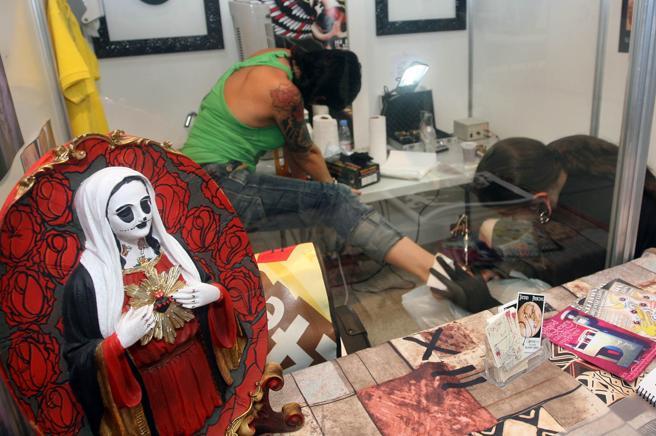 Imagen de archivo de un tatuador dibujando sobre la piel de una clienta en la localidad de Cambrils en una imagen de archivo