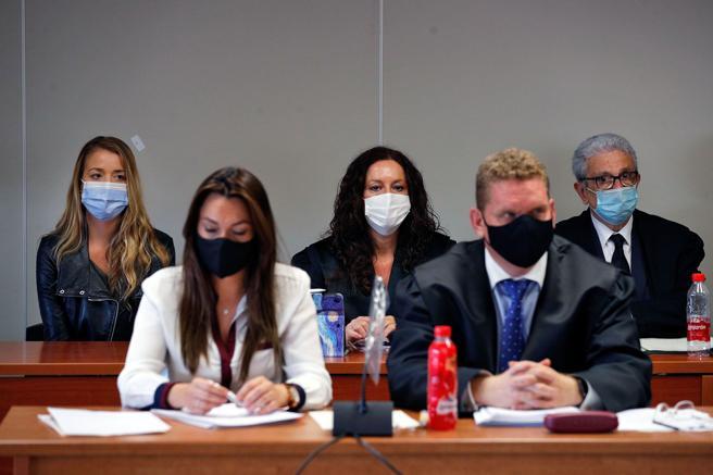 La viuda negra de Patraix, (al fondo izq de la imagen), en el inicio del juicio en Valencia, con letrados en primer plano