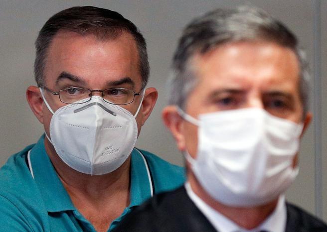 Salvador, con gafas, el otro acusado, escucha los alegatos de las partes, en le primera jornada de juicio