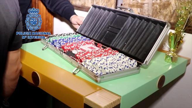 Un maletín con fichas de juego para realizar las apuestas, hallado en la trastienda oculta