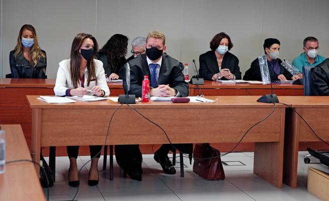 Los dos acusados sentados en los extremos opuestos de la última fila del banquillo, en la Ciudad de la Justicia de Valencia
