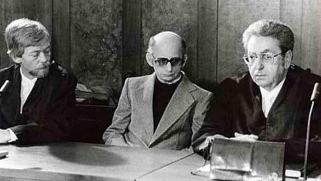 Joachim Kroll, junto a sus abogados