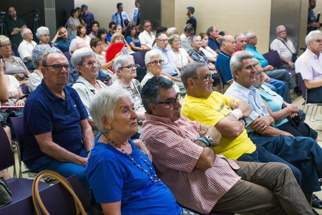 Un grupo de vecinos asisten en Barcelona a una charla policial para la prevención de estafas a personas mayores