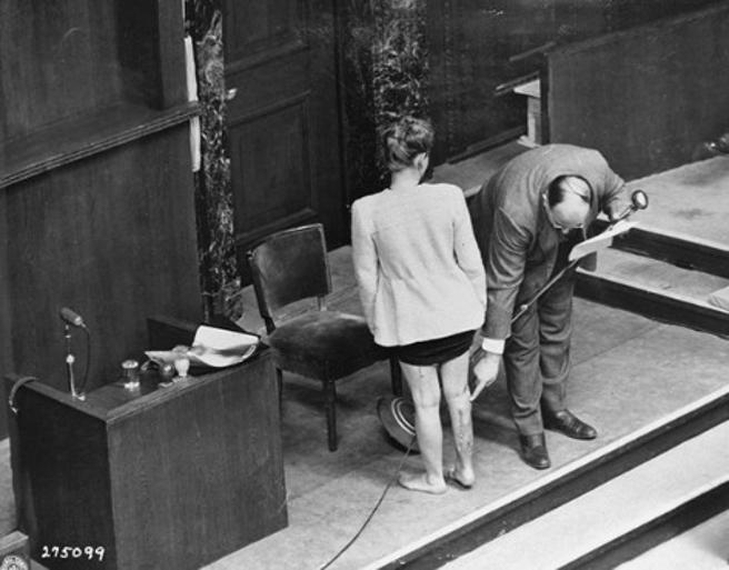 Jadwiga Dzido,superviviente de Ravensbrück, muestra sus cicatrices ante el tribunal de Nüremberg