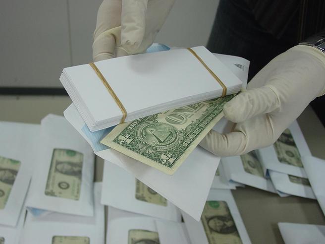 Otro de los engaños frecuentes en este tipo de timos es dar el cambiazo con sobres llenos de billetes por otros que solo tiene uno en la parte superior el resto son papeles recortados con el mismo tamaño