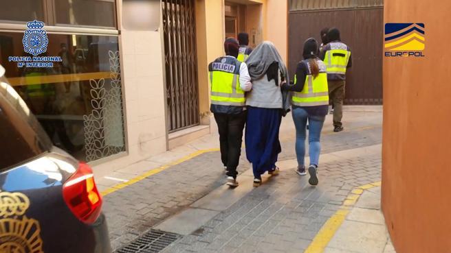 Otra imagen de esta detenida por terrorismo, ya en manos de la policía