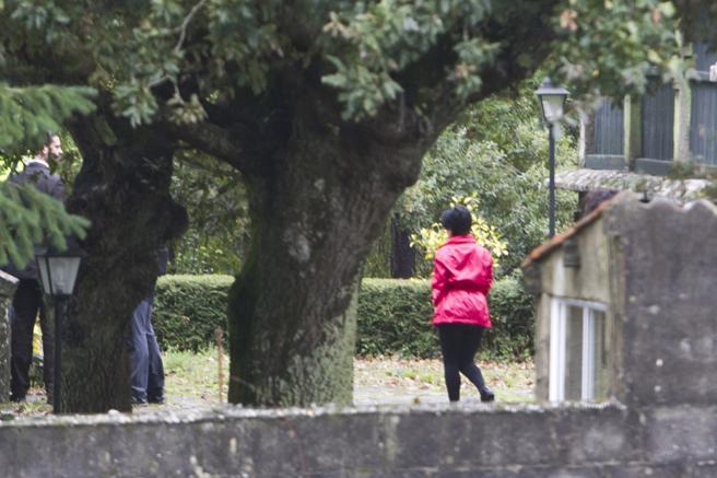Rosario Porto, durante el registro de la finca de la familia en Teo, a cinco kilómetros de donde apareció el cuerpo de la menor