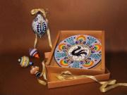 Piatto decorato e palle di Natale in ceramica