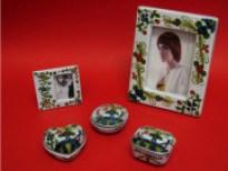 Scatole e cornici in ceramica con decori tradizionali