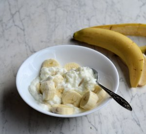 Vanilla yoghurt and small banana