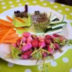 Trempettes de petits légumes crus de printemps au sésame grillé