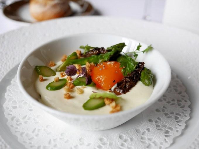 Comme un œuf sur la plat revisite,asperges vertes et morilles en marmalade à Château de la Treyne