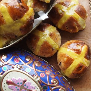 Sweet Easter Treats for Easter Week…..Cake, Hot Cross Buns, Eggs & Floral Baking Gifts