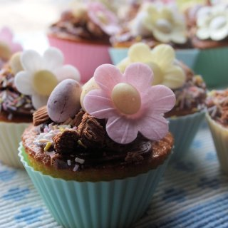Tea Time Treats for the Easter Tea Table – Little Easter Egg & Daisy Cakes with Chocolate Cheese Cake Frosting