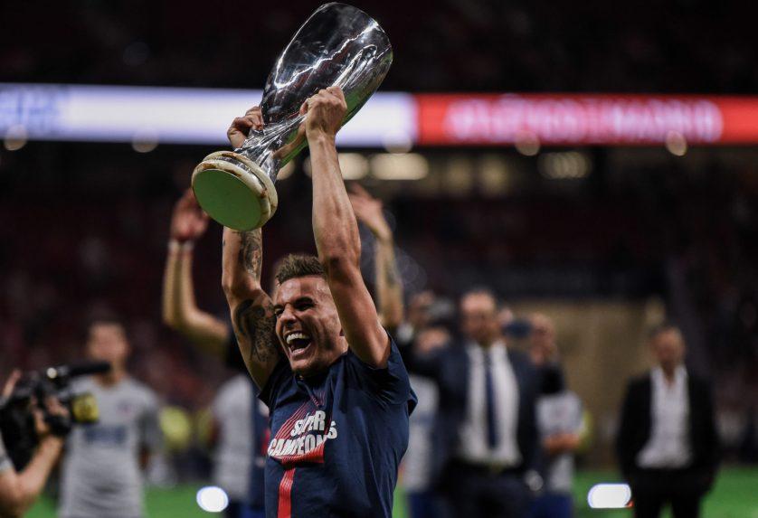 Lucas celebra con la Supercopa de Europa. Foto: Rubén de la Fuente