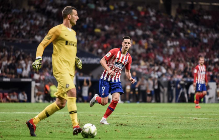 Kalinic buscando la presión en el amistoso ante el Inter. Foto: RUBÉN DE LA FUENTE