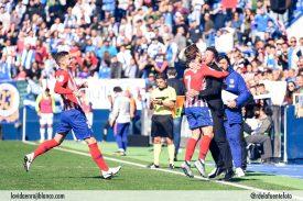 Griezmann celebra con Simeone su gol de falta. Foto: Rubén de la Fuente