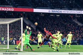 Costa remata para hacer el gol del Atleti frente al Barcelona. Foto: Rubén de la Fuente