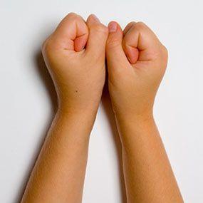 dor de artrite nas mãos mão em O