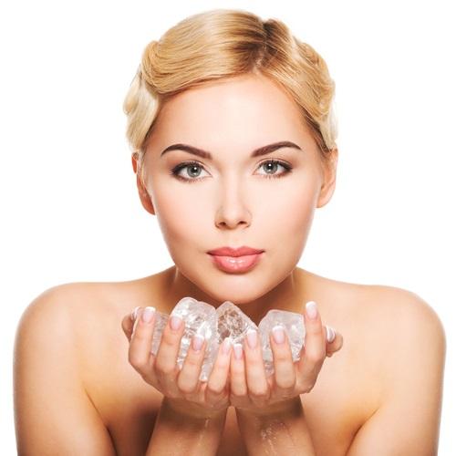 como usar el hielo para tonificar la piel