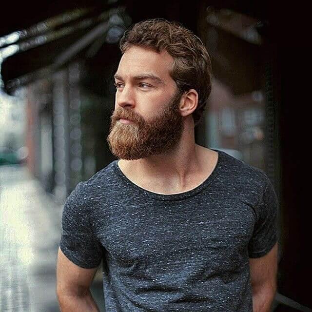 Hombre con barba crecida