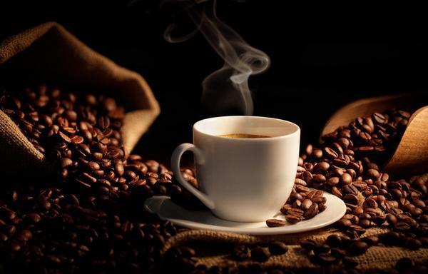 una taza de café caliente