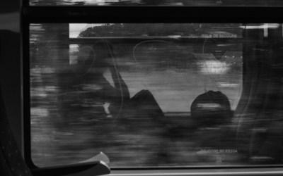 Des reflets dans le train