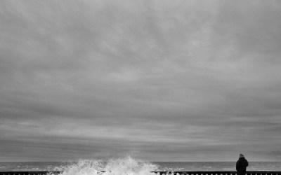 Grandcamp: le perré , vent de Nord Est, force 6, marée de 103.