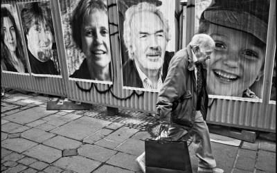 L'homme qui passe devant les portraits
