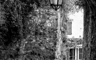 Une ruelle du village de Biot, un jour de grisouille