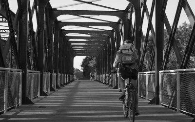 Cycliste sur un pont