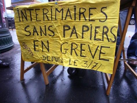 Pancarte avec inscriptions Intérimaires sans papiers en grève