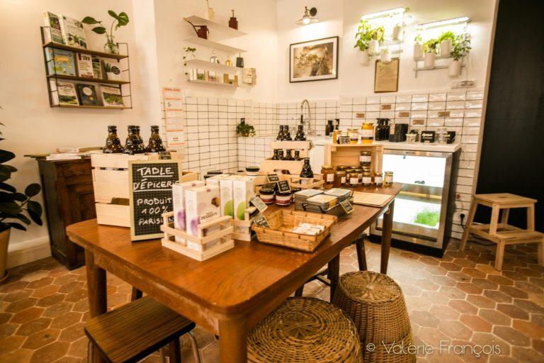 Nous vendons des produits d'épicerie comme du miel de Paris ou de la bière fabriquée à partir du houblon cultivé sur le toit des Galeries Lafayettes