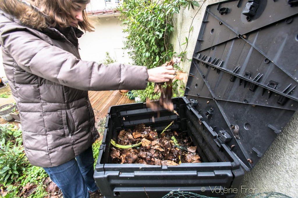 La deuxième difficulté de Composter en ville est de trouver de la matière sèche. En hiver, on peut encore se débrouiller mais en pleine été lorsque tout est sec, c'est plus difficile.